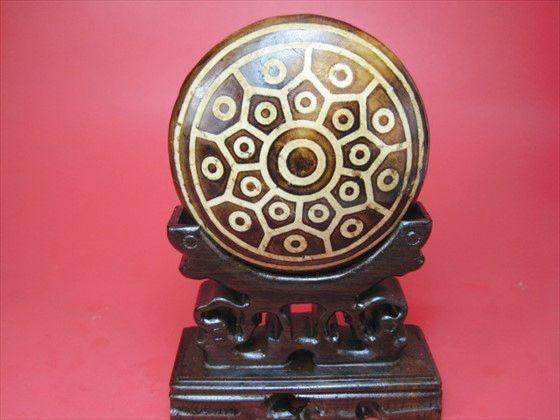 【チベット天珠:置物】亀甲三十八眼天珠223g木製台座付き
