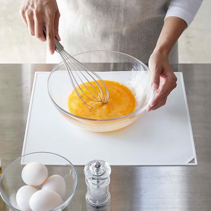 敷くだけで電子レンジや調理台の汚れや傷の防止に大活躍。滑り止め付きで食洗器でも丸洗い可能な便利アイテム。