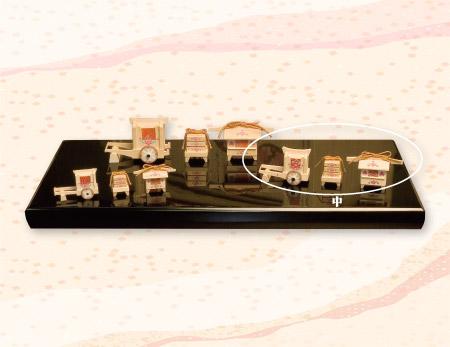 送料無料 南雲作 雛人形 伊予一刀彫り お道具(中) 牛車長さ8.5cm 重箱高さ4cm 御籠長さ8.5cm ※お写真右側の三点のセットになります。 お写真の黒台は付属しません。