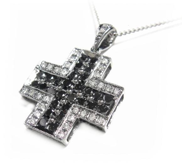 【予約】【ジュエリーベストドレッサー】モデルクロス取り巻き計1.00ctブラックダイヤ&ダイヤペンダントトップ