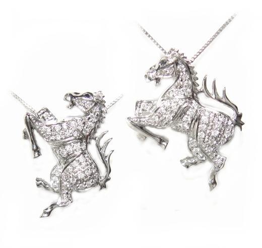 【予約】【ランキング1位】New使い道いろいろ!センスある跳ね馬♪計0.25ctダイヤモンドペンダントトップ&ブローチ【デイリー,男女兼用アクセサリー-その他】