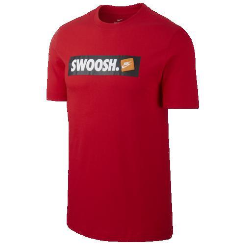 (取寄)ナイキ メンズ スウッシュ バンパー ステッカー Tシャツ Nike Men's Swoosh Bumper Sticker T-Shirt University Red White