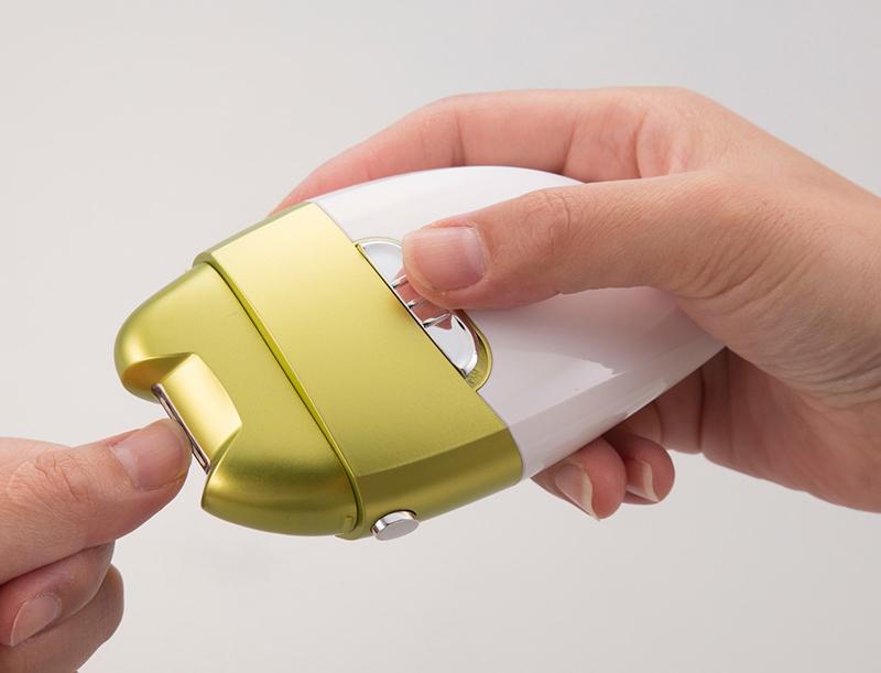 爪に押しあてるだけ 付与 切らない 電動爪削り 角質 倉 ケアローラー ネイル 爪切り 敬老の日 電池式 持ち運び 爪先 コンパクト 爪やすり