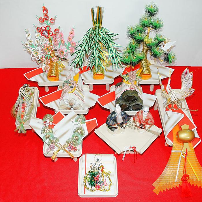【福寿結納九点セット】松(小袖料) 竹(松魚料) 梅(柳樽料) 鶴(熨斗) 亀(末廣) 指輪飾台 高砂人形(相生小寿高さ約22cm) 昆布 するめ 目録 の九点セットです。