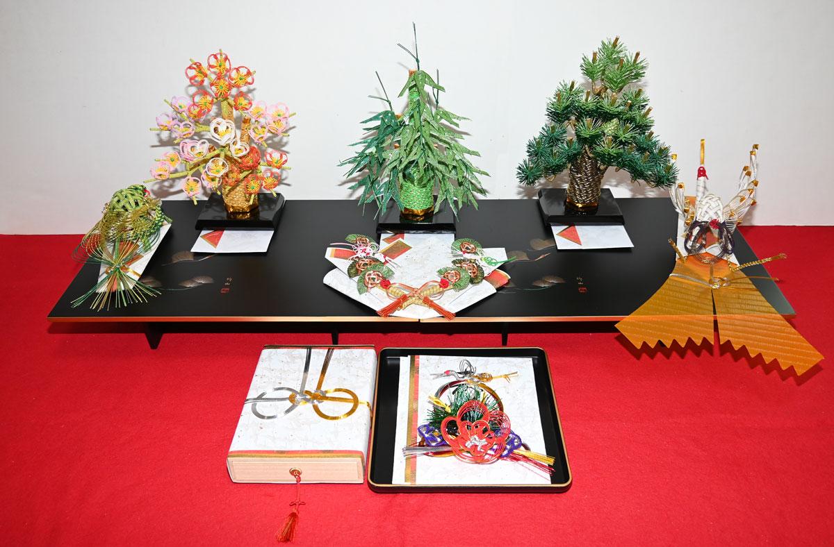 【やよい結納5点セット】松(小袖料) 竹(松魚料) 梅(柳樽料) 鶴(熨斗) 亀(末廣) 指輪飾 目録 金子箱(結納金を入れる桐箱) 赤毛氈(1畳)のセットです。