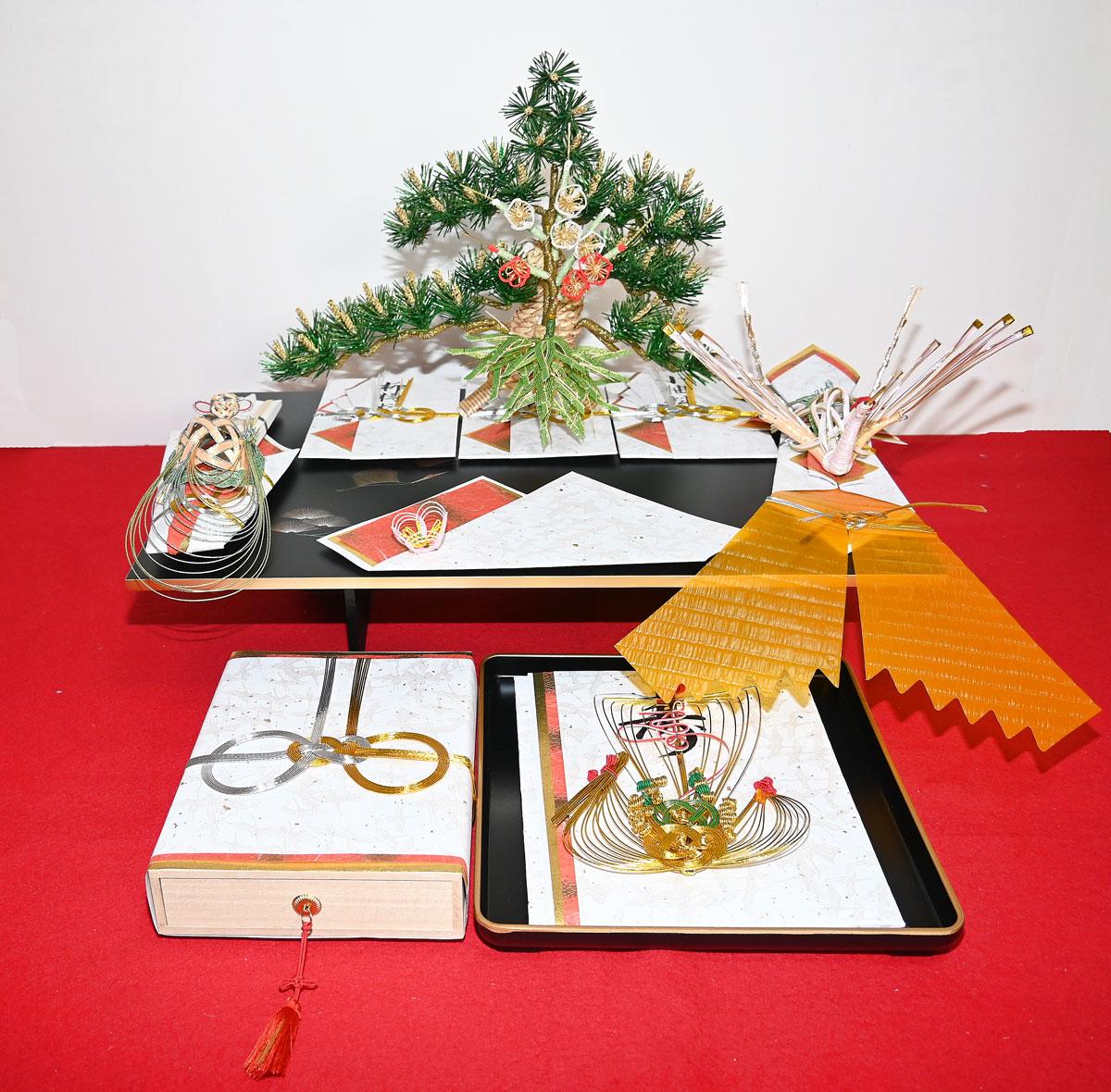【たちばな結納5点セット】松(小袖料) 竹(松魚料) 梅(柳樽料) 鶴(熨斗) 亀(末廣) 指輪飾 目録 金子箱(結納金を入れる桐箱) 赤毛氈(半畳)のセットです。