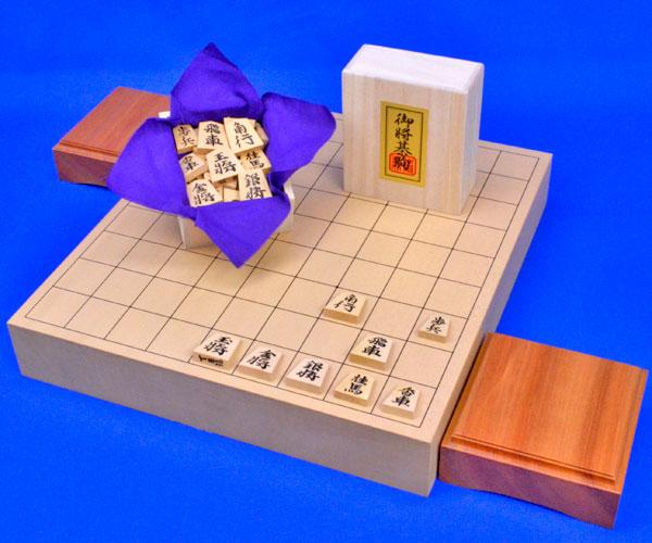 将棋セット 新桂2寸ハギ卓上将棋盤セット(木製将棋駒黄楊特上彫錦旗書)