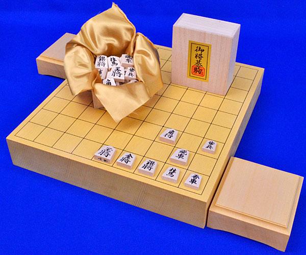 見やすい書体の彫り駒との一枚板の見やすい2寸卓上将棋盤セット■ 将棋セット 新かや2寸一枚板卓上将棋盤セット(木製将棋駒白椿上彫駒)