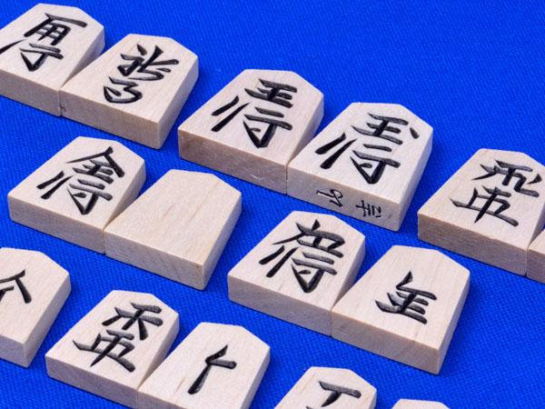 略字の彫り字の将棋駒■ 将棋駒 木製新槙彫り駒 ※駒箱付き