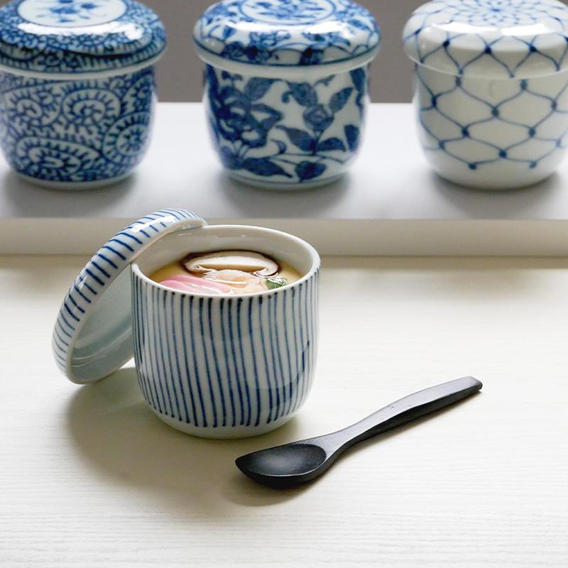 伝統的な和柄の茶碗蒸しの器