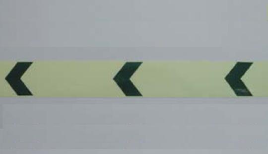 高輝度蓄光式テープ α-FLASH(アルファフラッシュ矢印付きテープ)幅50mmx10m巻 1巻の販売ページです