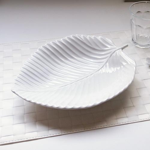素敵な分だけ使いたくなる白い食器♪カレーやパスタ皿などにも使える、ちょっと大きめなリーフプレートです。  Vein ヴェイン リーフプレート (アウトレット含む)日本製 皿 おしゃれ お皿 おしゃれ 食器 おしゃれ 食器 白 食器 アウトレット 日本製 磁器 パスタ皿 白い食器 リーフ皿 大皿 食器 白 プレート 皿 おしゃれ 葉