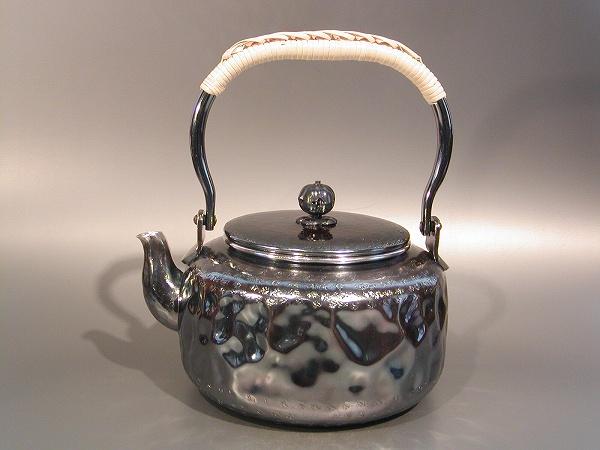 茶器・茶道具銀瓶 岩目(いわめ)湯沸銀燻(ギン イブシ)仕上秀峰堂作