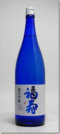 """被用诺贝尔奖获奖的晚餐会在""""福寿純米吟醸蓝色瓶1.8L""""兵库县的地方酒神户酒心馆精心制作斯德哥尔摩招待的日本清酒。 美丽的蓝色的瓶漂亮地给晚餐会上色的1800ml尺寸(1升瓶)"""