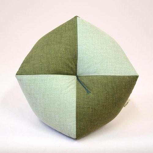 幸せを招く緑色健康運アップも期待できそうなお手玉型のお座布団 幸運の風水カラー モデル着用&注目アイテム 緑色のおじゃみ座布団 期間限定で特別価格