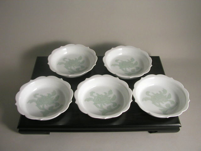 人間国宝 井上萬二作 白磁緑釉牡丹彫文組皿