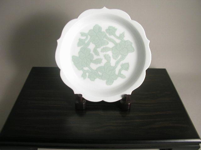 人間国宝 井上萬二作 白磁緑釉牡丹彫文皿(径24)