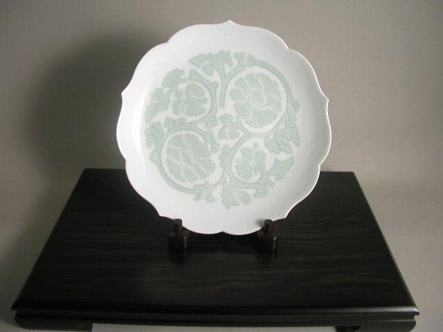 【有田焼】【人間国宝】【井上萬二】【本人作】 白磁緑釉牡丹彫文皿(径28)