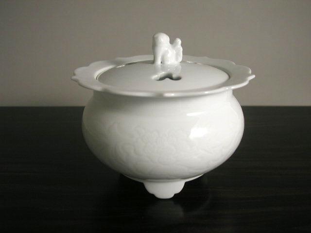 人間国宝 井上萬二作 白磁牡丹彫文香炉(径14.5)