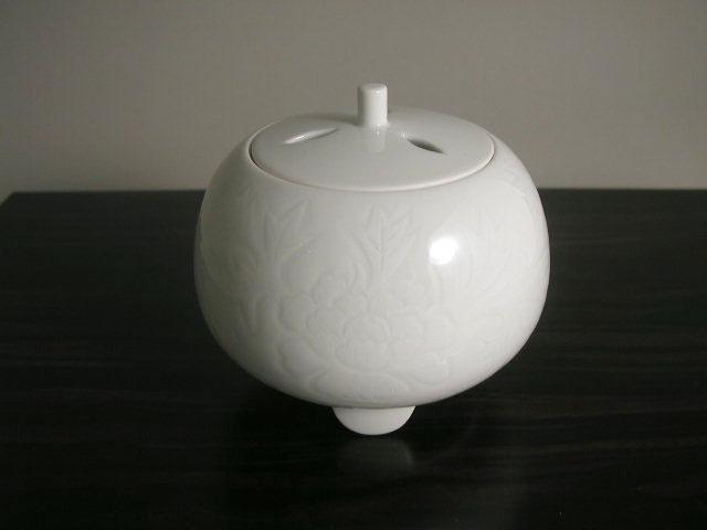 人間国宝 井上萬二作 白磁牡丹彫文香炉(径13.5)
