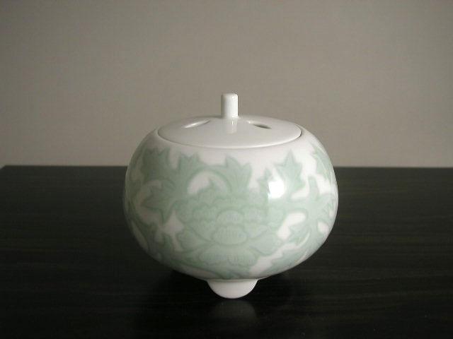 人間国宝 井上萬二作 白磁緑釉牡丹彫文香炉(径12)