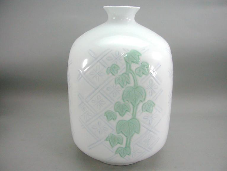 人間国宝 井上萬二作 白磁染緑釉蔦彫文面取壺 (径 約23cm 高さ約31.5cm)