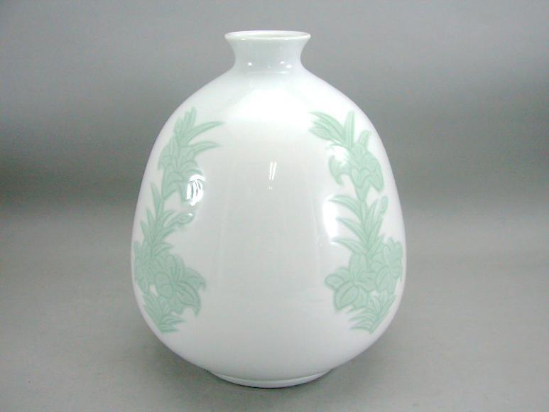 人間国宝 井上萬二作 白磁緑釉百合彫文壺 (径 約22cm 高さ約26.5cm)