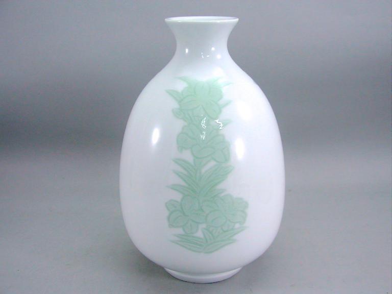 人間国宝 井上萬二作 白磁緑釉百合彫文壺 (径 約17.5cm 高さ約27cm)