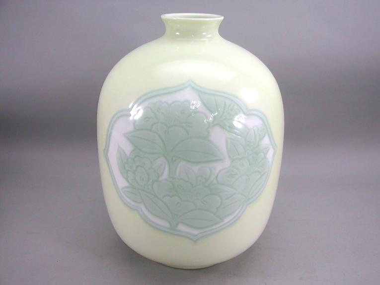 人間国宝 井上萬二作 白磁黄緑釉椿彫文壺 (径 約22cm 高さ約38cm)