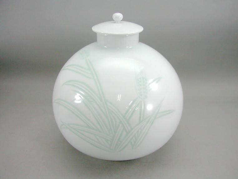 人間国宝 井上萬二作 白磁緑麦彫文蓋付壺 (径 約24.5cm 高さ約26.5cm)