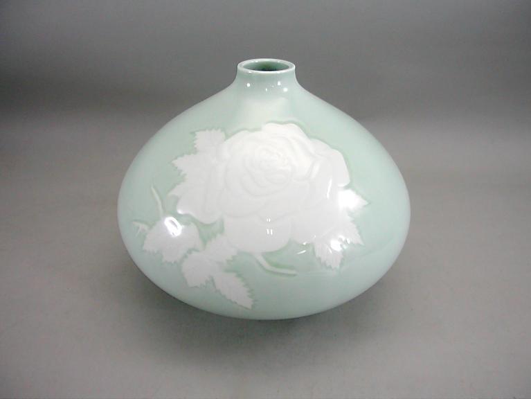 人間国宝 井上萬二作 青白磁薔薇彫文壺 (径 約22.5cm 高さ約17.5cm)