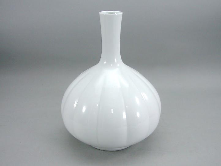 人間国宝 井上萬二作 白磁菊彫文鶴首花瓶 (径 約18cm 高さ約24cm)