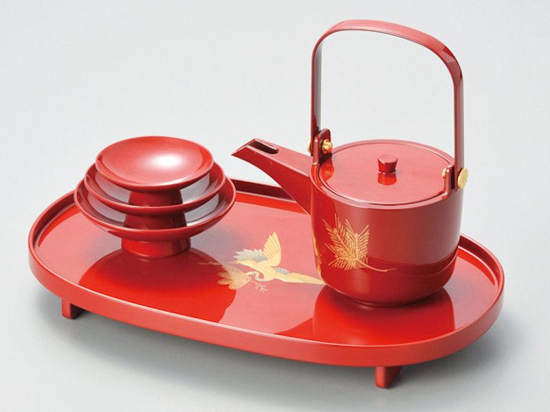 縁起が良いとされている松と鶴が沈金で施されています 日本産 松喰鶴 小判屠蘇器 1組:本漆塗り マーケット 和食器 お正月 お屠蘇 御祝 祝杯 酒盃 高級