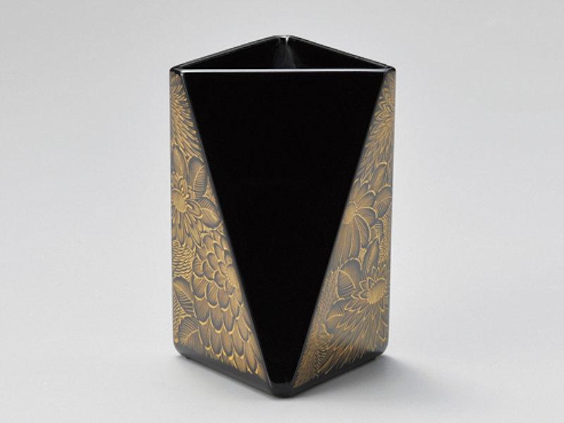 豪華な菊彫りは他にない逸品です 男女兼用 菊彫 三角ペン立て 黒 開店祝い 1個:木製漆塗り 日本製 和風 デスク 記念品 かわいい 御祝 ギフト プレゼント 入学 おしゃれ 永年勤続