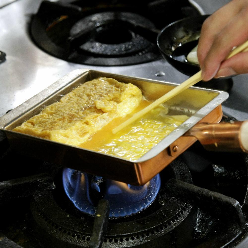 銅は熱が素早く均一に回るのが特長 ふっくら しっとりと焼きあがります 即出荷 毎日のお弁当作りに欠かせないアイテム ご家庭でもプロのような焼き上がりを 燕三条製 銅の玉子焼き器 玉子焼き器 エッグパン 開店記念セール 13.5cm 銅製 日本製 卵焼きフライパン 国産 卵焼き器