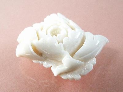 白珊瑚 牡丹ブローチ (のし等ギフト対応無料 ) ぼたんの花を立体的に日本の熟練した職人が手彫りしました 落下防止シリコン付 無染色さんご アンティーク レトロ