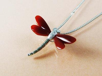 血赤珊瑚のトンボのペンダント 送料無料 誕生石 珊瑚 三月 さんご サンゴ 母の日 coral 血赤珊瑚 本珊瑚 還暦祝 赤珊瑚 35周年 安産 お守り プレゼント 贈り物