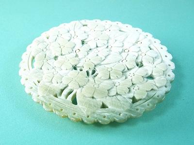 白水牛 小花 彫ブローチ(のし等ギフト対応無料 )縦85×横75ミリ 大ぶり 落下防止シリコン付 はなと葉っぱを透かしを入れて丁寧に手彫りした 手の込んだ一品