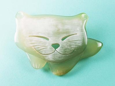 猫の白水牛 ブローチ 笑顔のねこちゃんがかわいいのし等ギフト対応無料天然素材で軽い手彫りのバッファローホーン 落下防止シリコン付 おしゃれな女性に ハンドメイド アンティークレトロIY7gvmfyb6