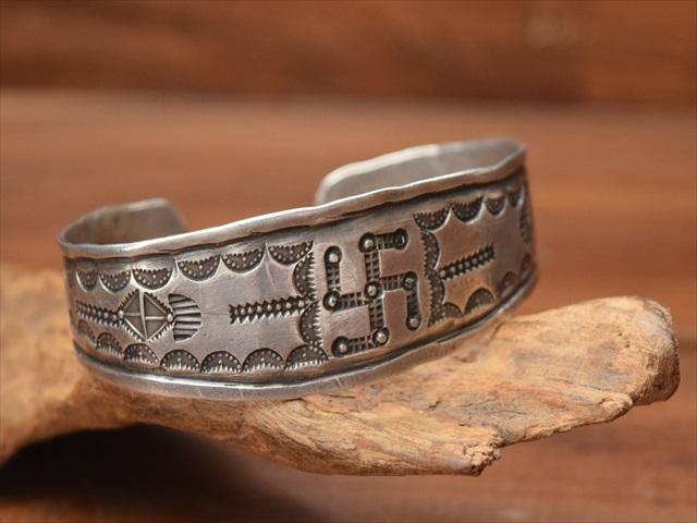 Vintage Indian Jewelry ナバホ族orプエブロ インゴット 卍 Stamped シルバー バングル