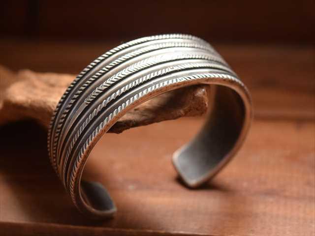 Indian Jewelry クリーク族 ジェシー ロビンズ(Jesse Robbins) コインシルバー ワイド バングル f6