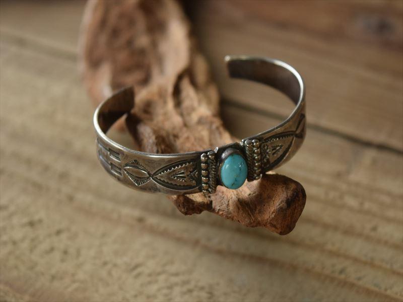 Vintage Indian Jewelry アコマ族 ウルフ ローブ ハント(Wayne Henry Wolf Robe Hunt) インゴット シルバー バングル