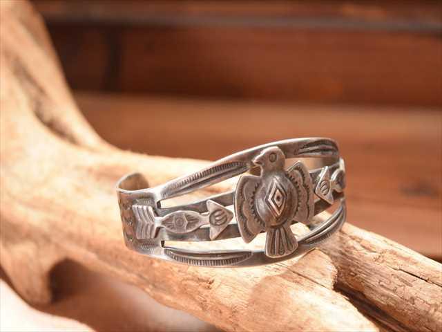 vintage Indian Jewelry サンダーバード ワイド コインシルバー バングル(Fred Harvey era) ヴィンテージ インディアンジュエリー