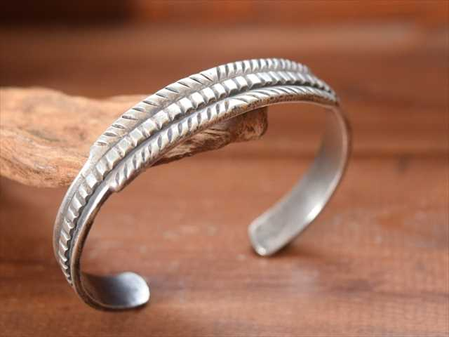 Indian Jewelry クリーク族 ジェシー ロビンズ(Jesse Robbins) コインシルバー バングル JR11