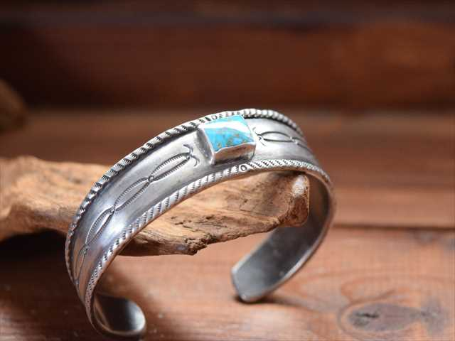 Indian Jewelry クリーク族 ジェシー ロビンズ(Jesse Robbins) コインシルバー チゼル&ターコイズ(ハイグレードロイストン )バングル JRj1