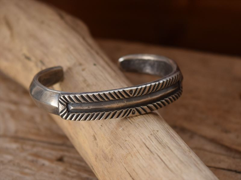 Indian Jewelry クリーク族 ジェシー ロビンズ(Jesse Robbins) コインシルバー Double Flat top Wider バングル