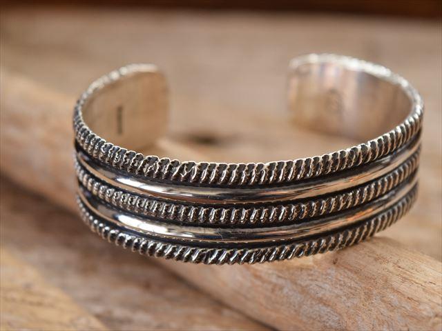 Indian Jewelry ナバホ族 クリスビリー(Chris Billie) チゼル ワーク シルバー バングル krs