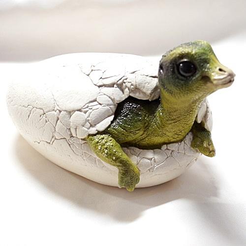 マイアサウラの赤ちゃん恐竜の卵 レプリカ・フィギュア(スタチュウ) 【孵化恐竜の彫刻置物】