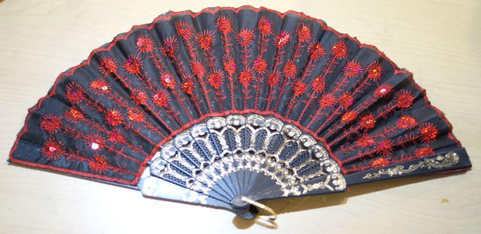 チャイナドレスに定番アクセサリー スパンコール付き刺繍レース扇子 赤色刺繍 黒 与え 100%品質保証!