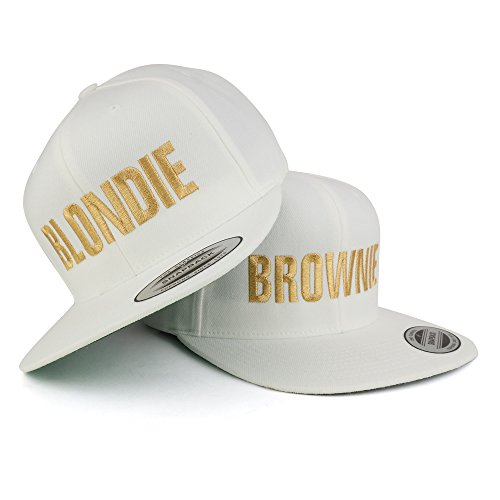 Trendy Apparel Shop Brownie and Blondie Embroidered Flat Bill Snapback オフ ホワイト キャップ - 2pc パック - ゴールド Thread (海外取寄せ品)